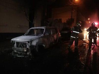Fuego consumió camioneta y afectó a otro rodado