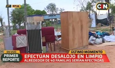 Desalojan a 40 familias de propiedad privada en Limpio