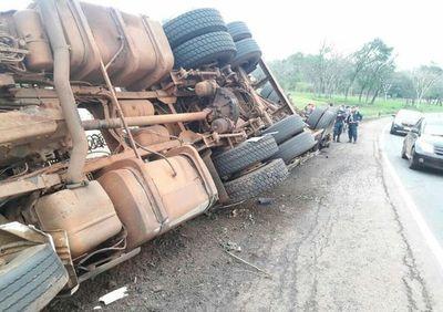 Camión semirremolque volcó luego de que una rueda reventara