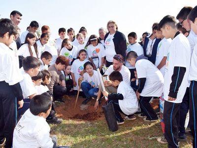 Plantan arbolitos con apoyo internacional