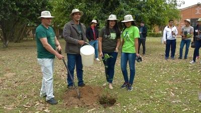 Jóvenes demuestran compromiso ambiental con platación de arboles