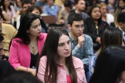 Capacitan a estudiantes de la UNA sobre liderazgo político