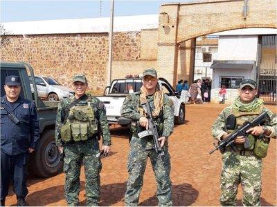 Militares se instalaron frente a todas las cárceles del país