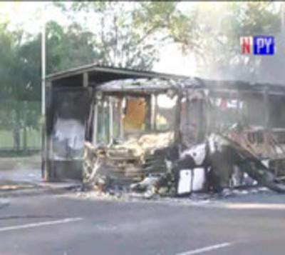 Bus arde en llamas sobre plena avenida Semidei