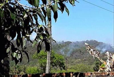 Focos de incendios en cerros de Pirayú