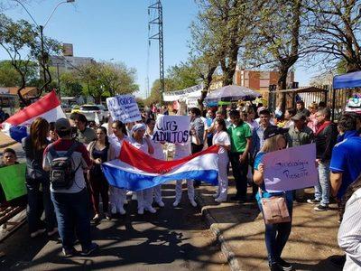Clínicas: Seguirán con la huelga