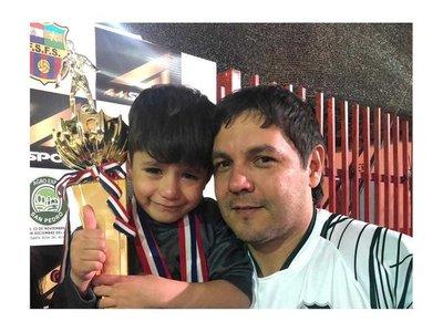 Regaló su medalla de campeón a un pequeño hincha del rival