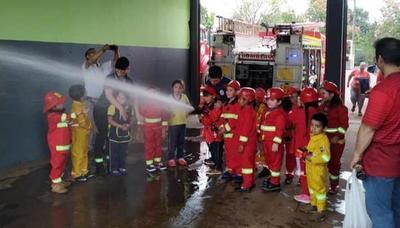 Pequeños conocen labores bomberiles