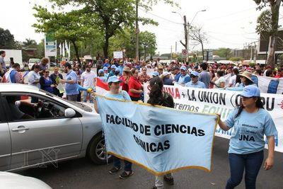 Docentes y funcionarios de la UNA bloquean Mariscal López