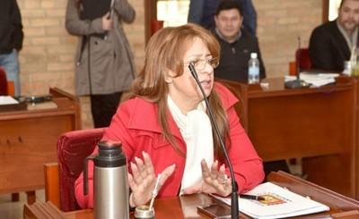 """Lilian González se """"adueña"""" de documentos y no admite presiones"""