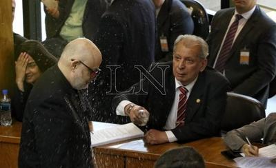 HOY / Carnaval en el Senado: Calé se tomó revancha y derramó agua a Payo Cubas