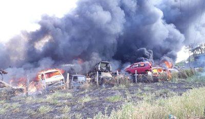 Fuego consume 30 vehículos en CDE