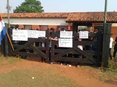 Sigue medida de fuerza en escuela de Arroyito y amenazan con denunciar a padres