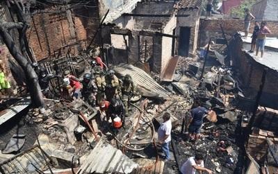 "Incendio deja sin viviendas a familias de la ""Chacarita"""