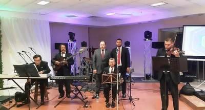 """Orquesta Típica """"afina"""" en una boda, antes de la serenata a la Virgen •"""