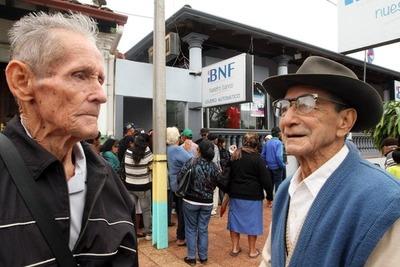 Adultos mayores, herederos y pensionados cobran hoy sus haberes de setiembre