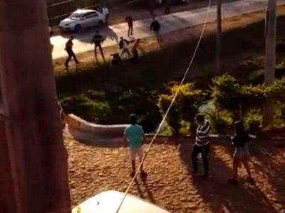 Ka'úre se trenzaron a golpes frente a un motel