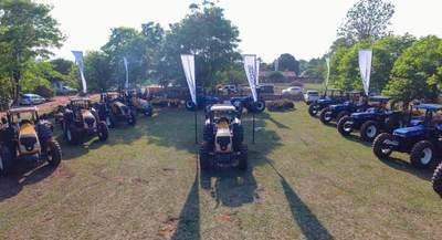 ITAIPU entregó tractores con rastras para apoyar la mecanización de la agricultura familiar en varios departamentos
