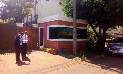 Emplazan a Zacarías a retirar la suite de guardia ubicada en la vereda frente a su mansión