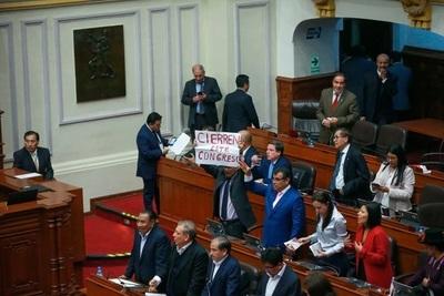 Presidente de Perú disuelve el Congreso, los congresistas lo suspendieron como Presidente