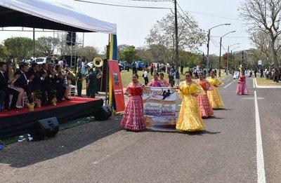 Colorido desfile en Ayolas