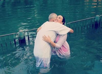 Demi Lovato se bautizó en el Río Jordán