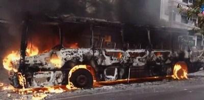 Ómnibus, devorado por las llamas. Fuego alcanza cables de la ANDE