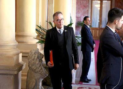 Sorpresiva y rauda renuncia de Ullón al gabinete presidencial