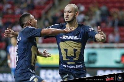 Un golazo de Carlos González salva a Pumas
