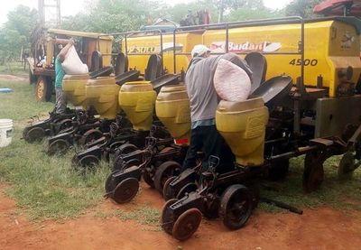 Tolvas ya están  cargadas  para el inicio de la siembra