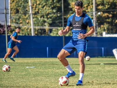 Marcos Cáceres resiente su lesión durante un entrenamiento