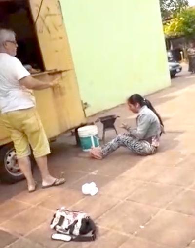 Cobarde hombre revienta a golpes a su inquilina y es filmado por vecinos