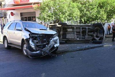 Un policía resulta herido en un accidente de tránsito