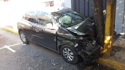 Conductor de Uber impacta rodado contra un árbol