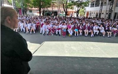 """Alumnos de Ñemby recibieron """"Aprendiendo nuestros derechos"""""""