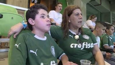 HOY / La emocionante historia de una madre que narra los partidos a su hijo ciego