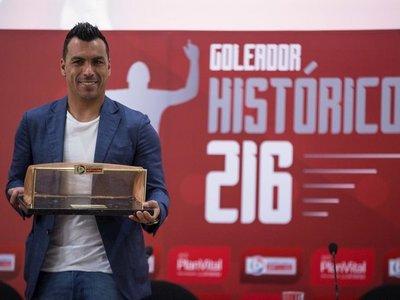 Paredes recibe homenaje del fútbol chileno como máximo goleador histórico