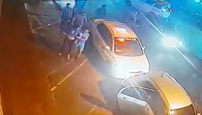 Taxistas atacan y someten a golpes a conductor de Uber