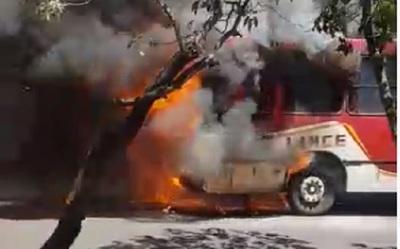 Bus de la Línea 18 arde en llamas en zona de la Terminal de Asunción