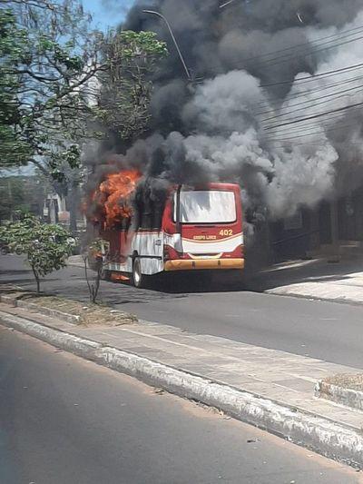 Otro bus se incendia en Asunción