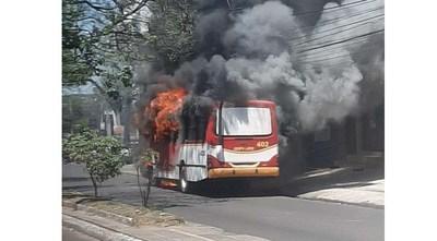 Otro colectivo arde en llamas en plena avenida