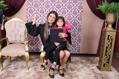 Le dijeron que no iba a graduarse por tener una hija, pero demostró lo contrario