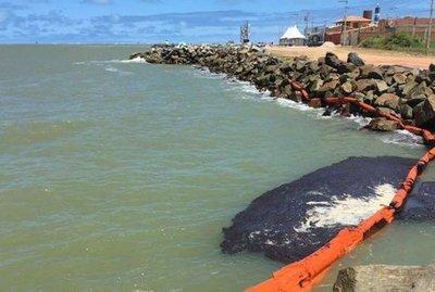 """Manchas de petróleo en playas de Brasil """"podrían provenir de Venezuela"""""""