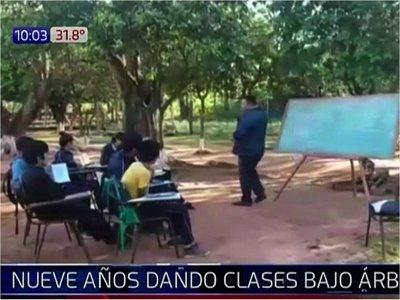 Hace 9 años dan clases bajo el árbol en San Pedro