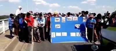 HOY / Puente Remanso bloqueado   por nativos: piden viviendas,  víveres y que se vaya Allen