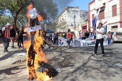 Ciudadanos organizados queman muñeco de Marito frente al Congreso Nacional