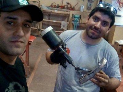 Hermanos fabricaron prótesis para regalarle a un niño por su cumple