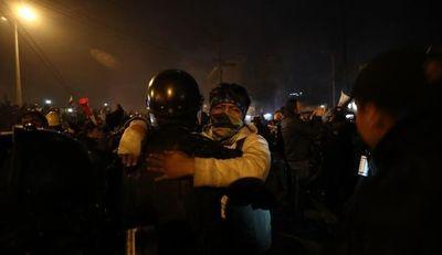 Manifestantes y policías celebran en las calles fin de las protestas