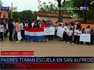 Por falta de rubros docentes, padres toman escuela en Concepción