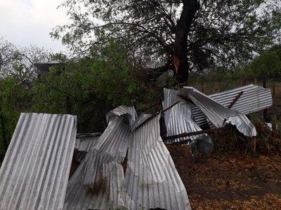Viviendas y local escolar afectados por temporal en Bahía Negra